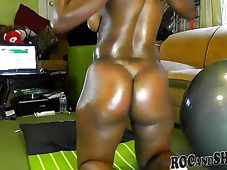 BIG BOOTY EBONY SHAKES HER HUGE ASS !!