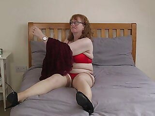 Mature wife pleasing her old cunt