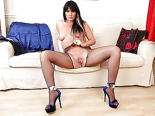 UK mature Leah will show you the way to heaven